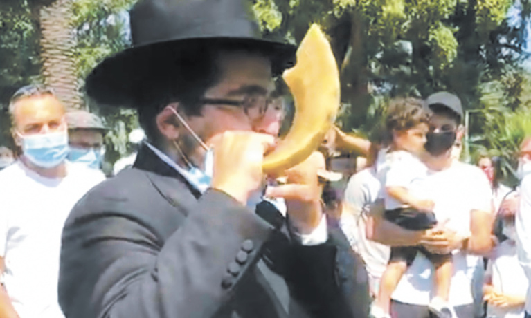Hundreds Gather for Rosh Hashanah Observance at Beverly Hills Park